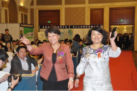 桐乡市副市长潘敏芳和油墨产业网CEO刘雷