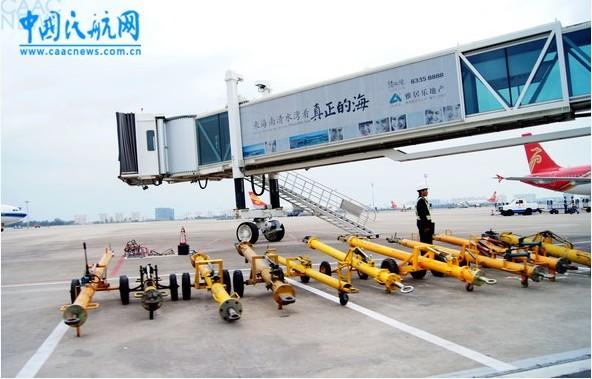 三亚凤凰机场摆放整齐的牵引车