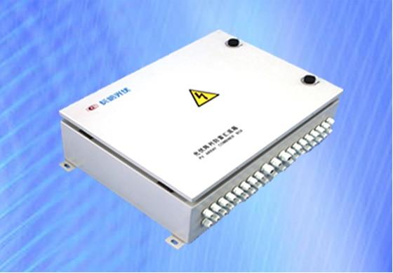 适用范围: 本产品适用于小型户用光伏并网发电系统。防护等级为IP65,适应严酷的使用环境,可安装在室内或室外。 产品特性: ·优良的IGBT功率模块 ·工频变压器隔离设计 ·先进的MPPT跟踪技术 ·宽电压输入范围 ·先进的孤岛保护技术 ·完善的系统保护功能 ·安装、操作、维护简便 技术参数 产品型号 NB2.