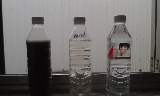 图片中:左一为过滤前的污水,中间为过滤后的清洁水,右一为娃哈哈纯净水。用肉观察,与自来水难以区分。