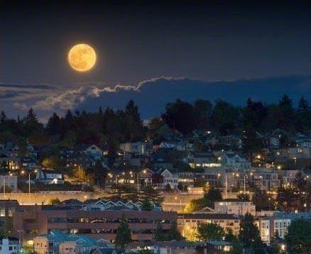今年的超级月亮预计距离地球只有35