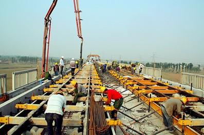 无砟轨道结构,桥梁段底座板采用钢筋混凝土结构,道床板使用轨
