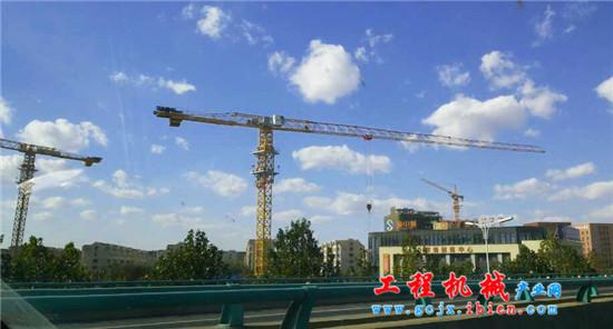 四台徐工塔机在青岛施工