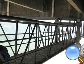 桥梁主梁与下锚头检修车