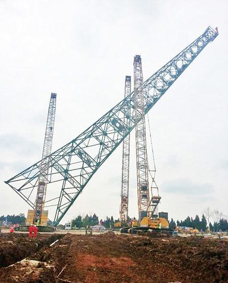 遂宁磨溪镇电厂三台徐工履带起重机巨臂擎天合力完场塔架安装